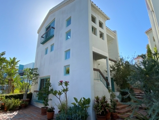 In Escrow: 8562 W West Knoll Dr #11, West Hollywood –$995,000